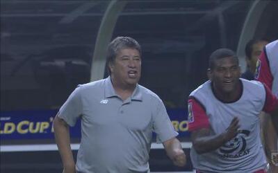 El 'Bolillo' y jugadores panameños se quieren comer al árbitro
