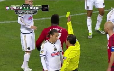 Tarjeta amarilla. El árbitro amonesta a Alejandro Bedoya de Philadelphia...