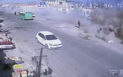 Camión arrasa con todo a su paso al perder en control en una calle de China