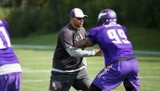 El coach Rodríguez enseñando a sus pupilos (Foto: Cortesía Minnesota Vik...