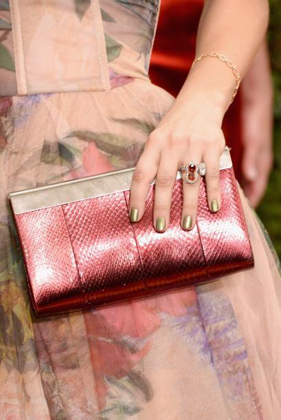 La actriz Kaley Cuoco prefirió un 'clutch' con pedrería en...