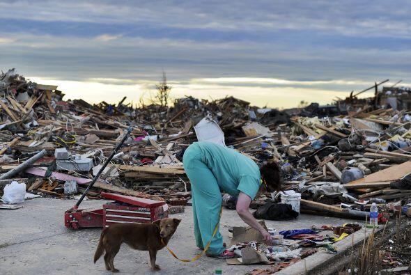 El tornado del lunes mató a por lo menos 24 personas, destruyó innumerab...