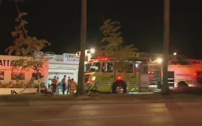 Rescatan a dos personas que se accidentaron y quedaron atrapadas en un a...