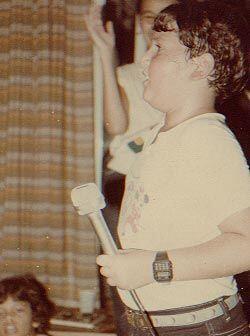 Una tierna imagen de un chiquillo y talentoso Raúl González.