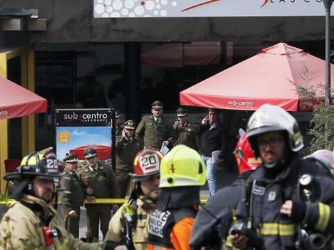 Policías y bomberos atienden la emergencia generada por una explo...
