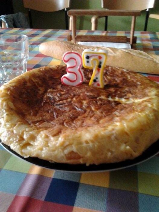 """Cumpleaños español.  """"Después de muchos malos ratos, por cuenta de la sa..."""