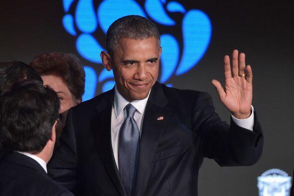 Obama saluda al término del encuentro empresarial.