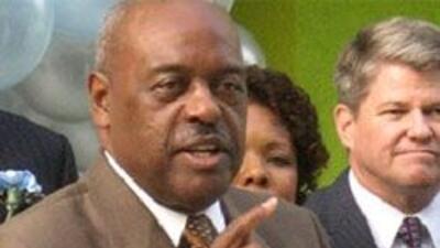 Crecen criticas contra David L. Brewer, superintendente del Distrito Esc...