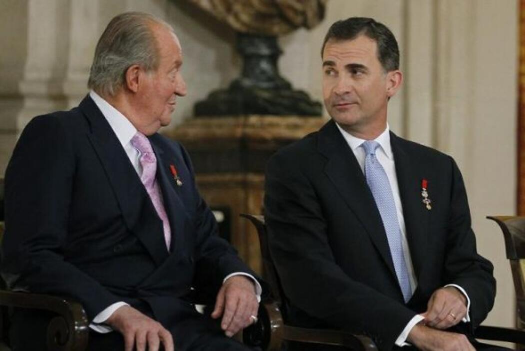 Tras la firma, el rey cedió al príncipe de Asturias su sitio en la presi...