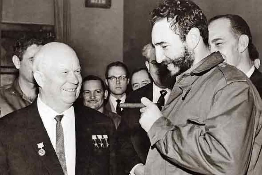 Un año más tarde, Castro visitó al líder soviético Nikita Jrushchov en M...