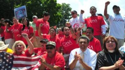 Activistas a favor de labreforma migratoria durante una protesta frente...