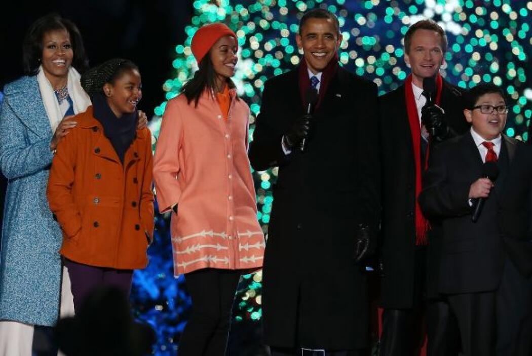 Este año fue iluminado de color verde y estuvieron rodeados de varios ar...