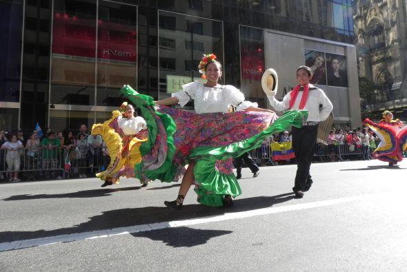 Familias hispanas desfilan por la 5ta Avenida 287ebd0eb995429984e480124c...