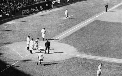 Babe Ruth después de conectar un home run en la Serie de 1932, en...