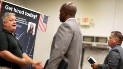 Las solicitudes semanales de seguro de desempleo cayeron más de lo previ...