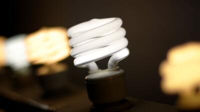 Los hispanos pagan más en electricidad por cada pie cuadrado de sus casa...
