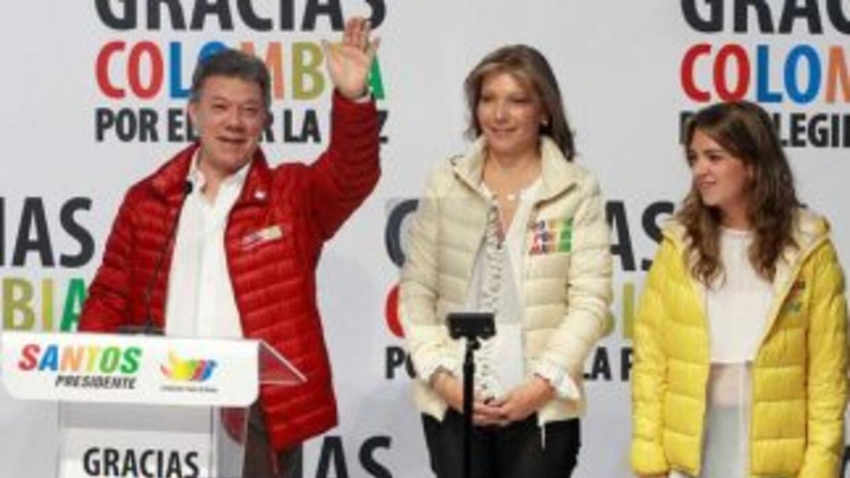 El presidente-candidato Juan Manuel Santos, con su esposa e hija.