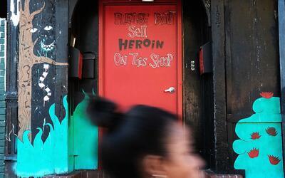 """""""Por favor no venda heroína en esta entrada"""", se lee en la pue..."""