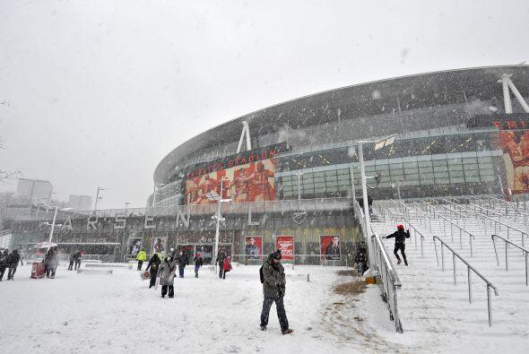 Los alrededores del estadio del Arsenal dan muestra de la cantidad de ni...