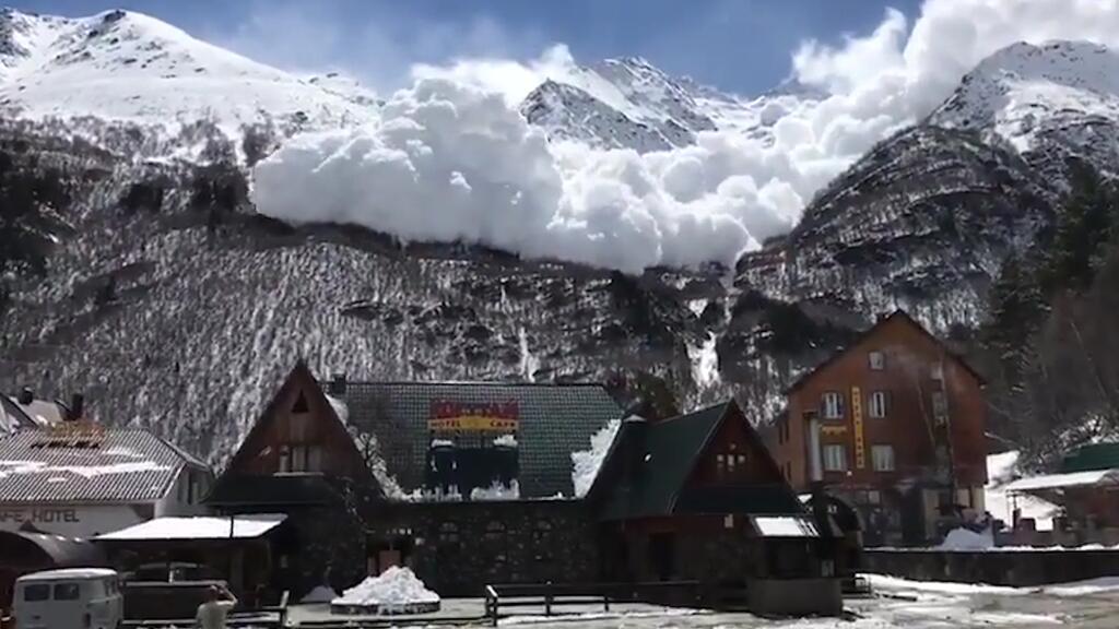 En video: Una inmensa avalancha se desata en un resort ruso