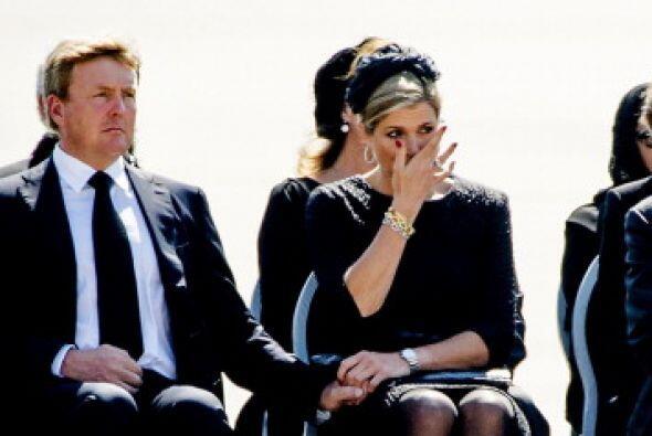 La reina Máxima se limpia una lágrima del rostro.