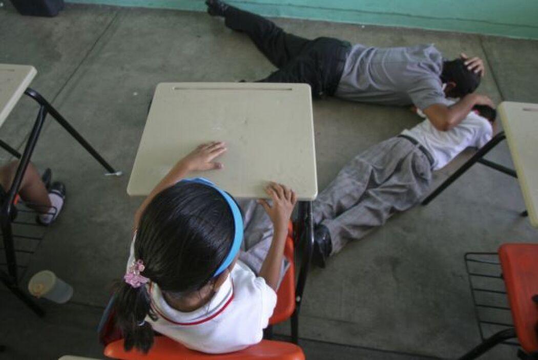 De acuerdo al manual, los maestros deben mantener la calma y distraer a...