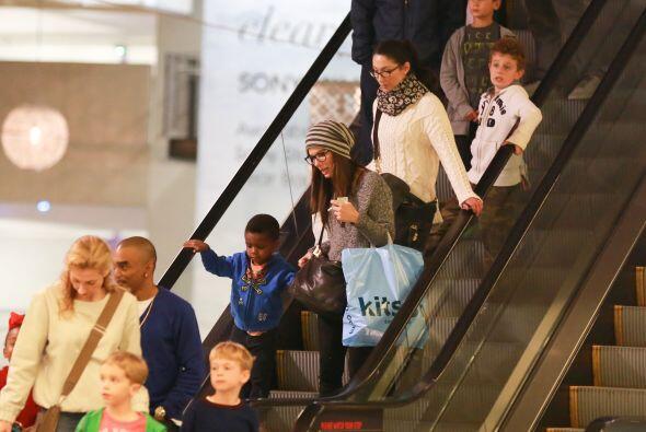 Imagina ir delante o detrás de una famosa como Sandra en las escaleras....