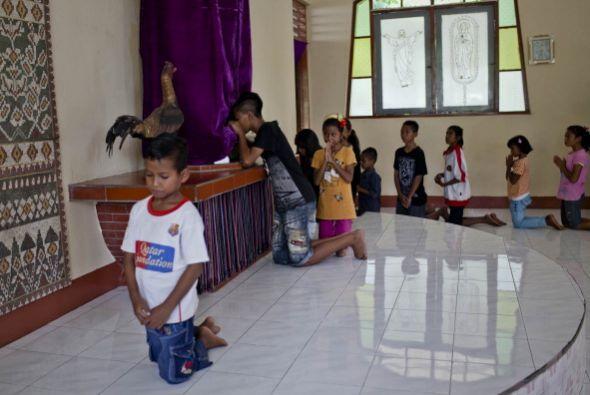 Durante estas fechas los cristianos asisten a la iglesia a besar lo pies...