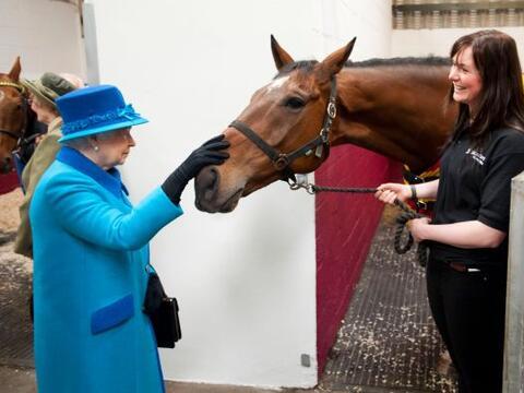La reina Isabel II acaricia al caballo Teaforthree este martes en una vi...
