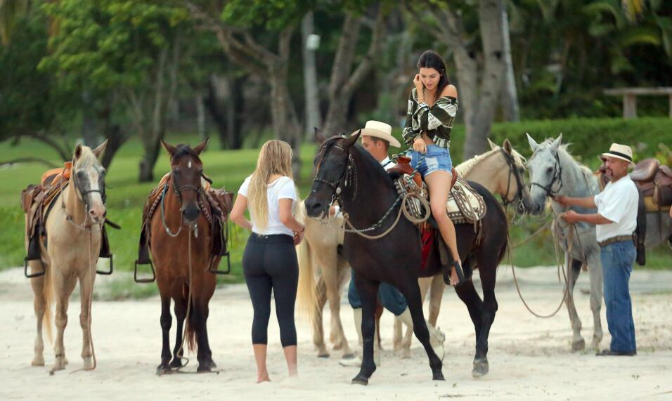 Kendall disfrutó de un paseo a caballo por la playa.