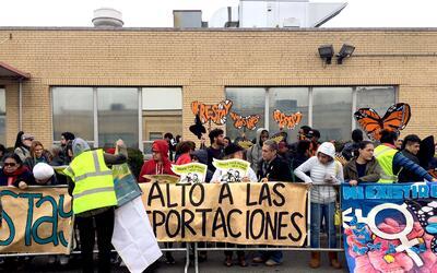 Decenas de manifestantes se congregaron frente al centro de detenci&oacu...