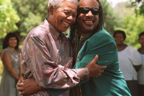 Un abrazo más a la estrella pop internacional Stevie Wonder en Pr...