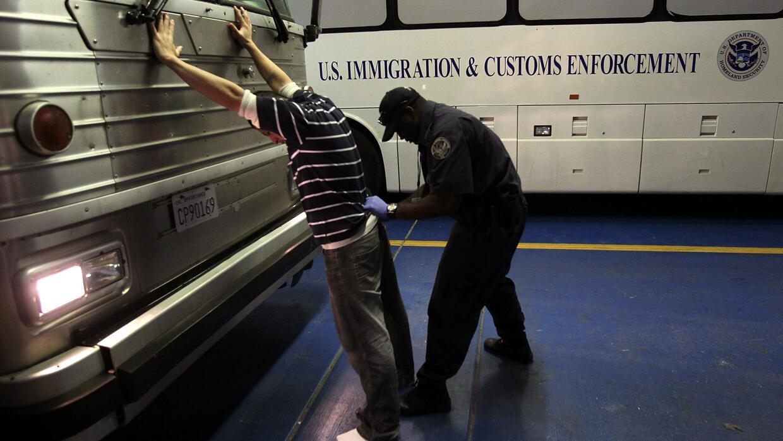 Las nuevas políticas migratorias le dan a los agentes de ICE el poder de...