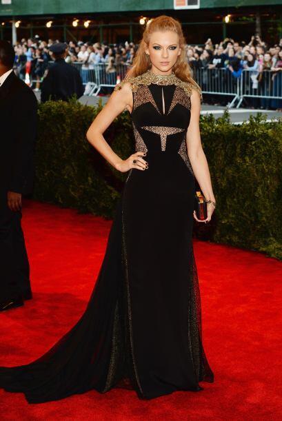 Un 'look' dramático pero bello y elegante fue el que le dio este vestido...