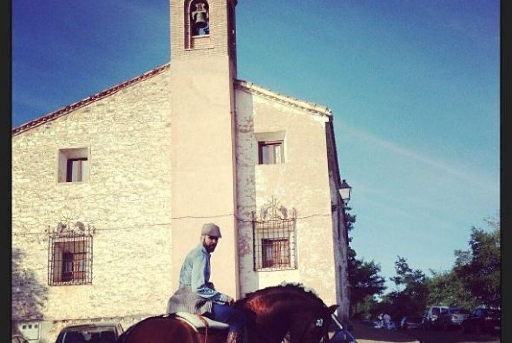 Jomari Goyso montando a caballo durante la procesión de la Virgen del Vi...