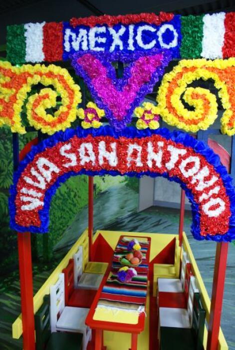 Las famosas trajineras de Xochimilco también están representadas en esta...