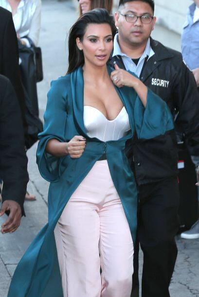 """Kim apostó por un raro escote, con el cual, hizo que sus """"nenas"""" se vier..."""