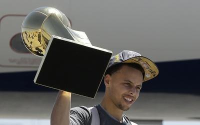 Stephen Curry salió del avión, alzó el Trofeo Larry O'Brien mientras des...