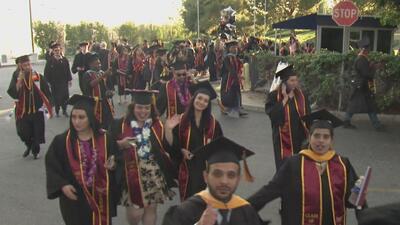 Celebran la ceremonia de graduación más grande en la historia de la Univ...