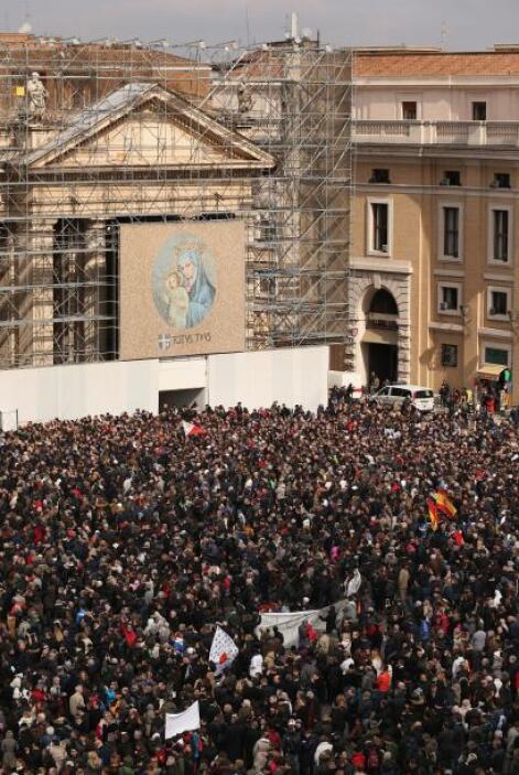 La ventana del apartamento papal se cerró y los congregados fueron, poco...