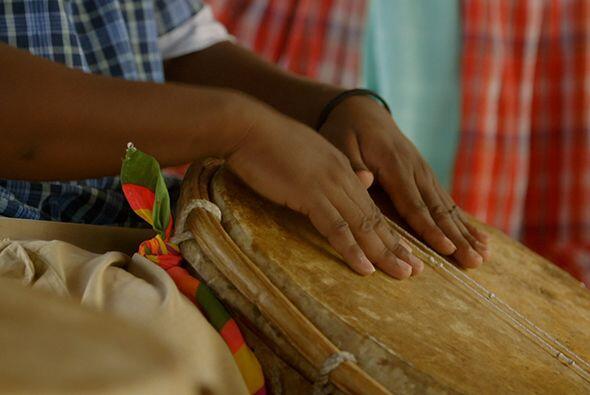 La utilización de tambores, bailes y canciones en los rituales es además...