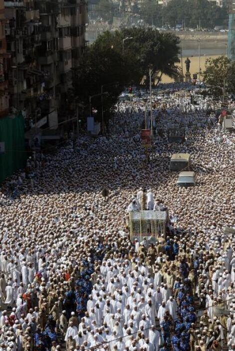 Se produjo después de que miles de fieles se agolparan ante el edificio...