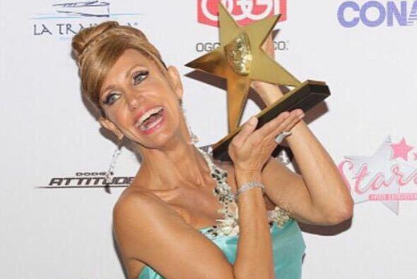 La Flaca posó muy orgullosa con su premio TVyNovelas.