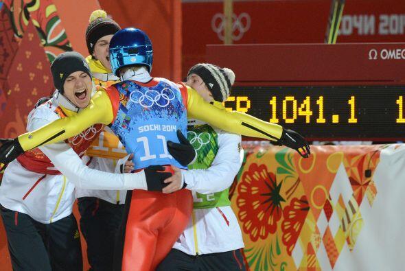 El equipo alemán celebra así al ganar oro en el salto de e...