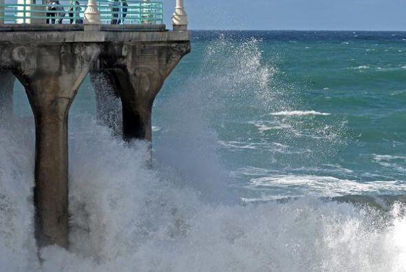 Playas cerradas por alto oleaje y contaminación también fo...