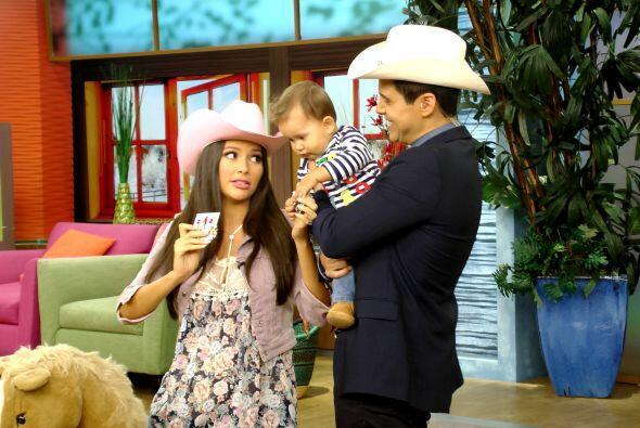 Ana y Alejandro estaban muy concentrados tratando de entretener a Baby B...