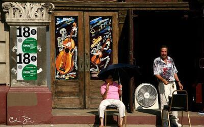 Residentes del vecindario Pilsen en Chicago en un día caluroso de...
