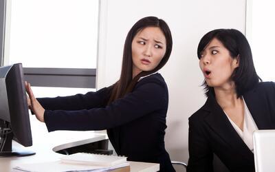 Qué hacer si encuentras a un compañero de trabajo haciendo algo 'malo'