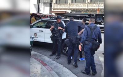 Agentes del SWAT arrestan al sospechoso.