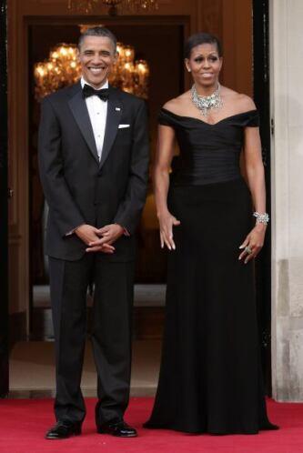 Algo que decora los escotes y el cuello de la primera dama son sus llama...